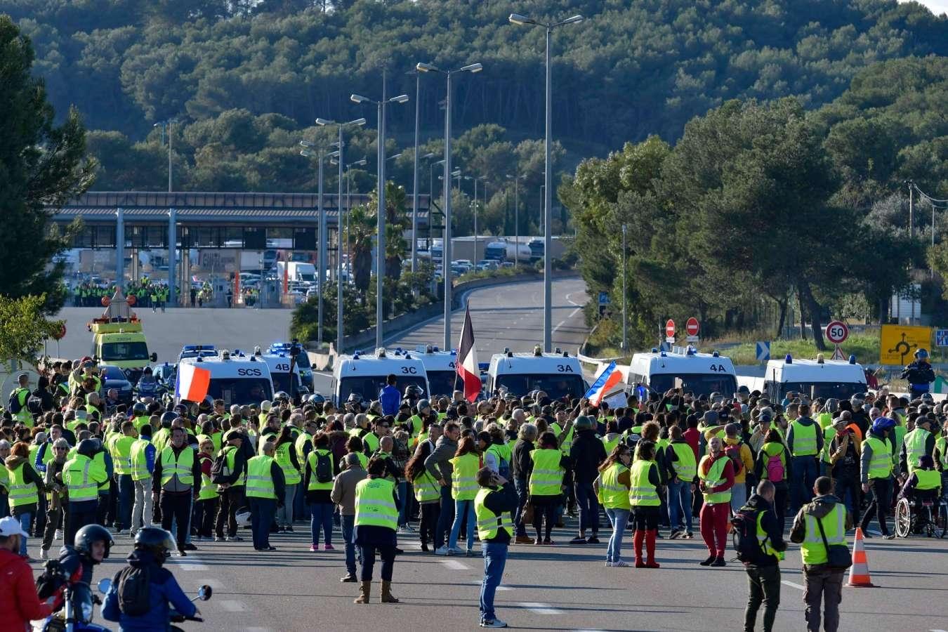 A partir del 17 de novembre, els armilles grogues van protagonitzar moviments de protesta en contra de l'alça dels preus i les taxes de carburants